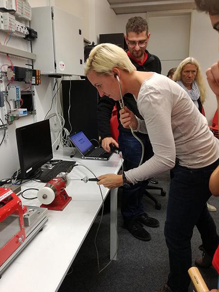 Lehrerin testet Motor auf Schäden